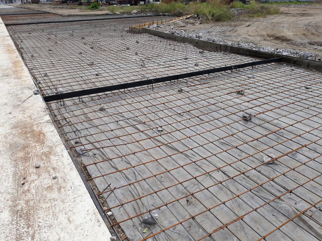 На защитный слой использовались камни из отвального шлака. Можно было пластиковые подставки, но что дали, с тем и работали.
