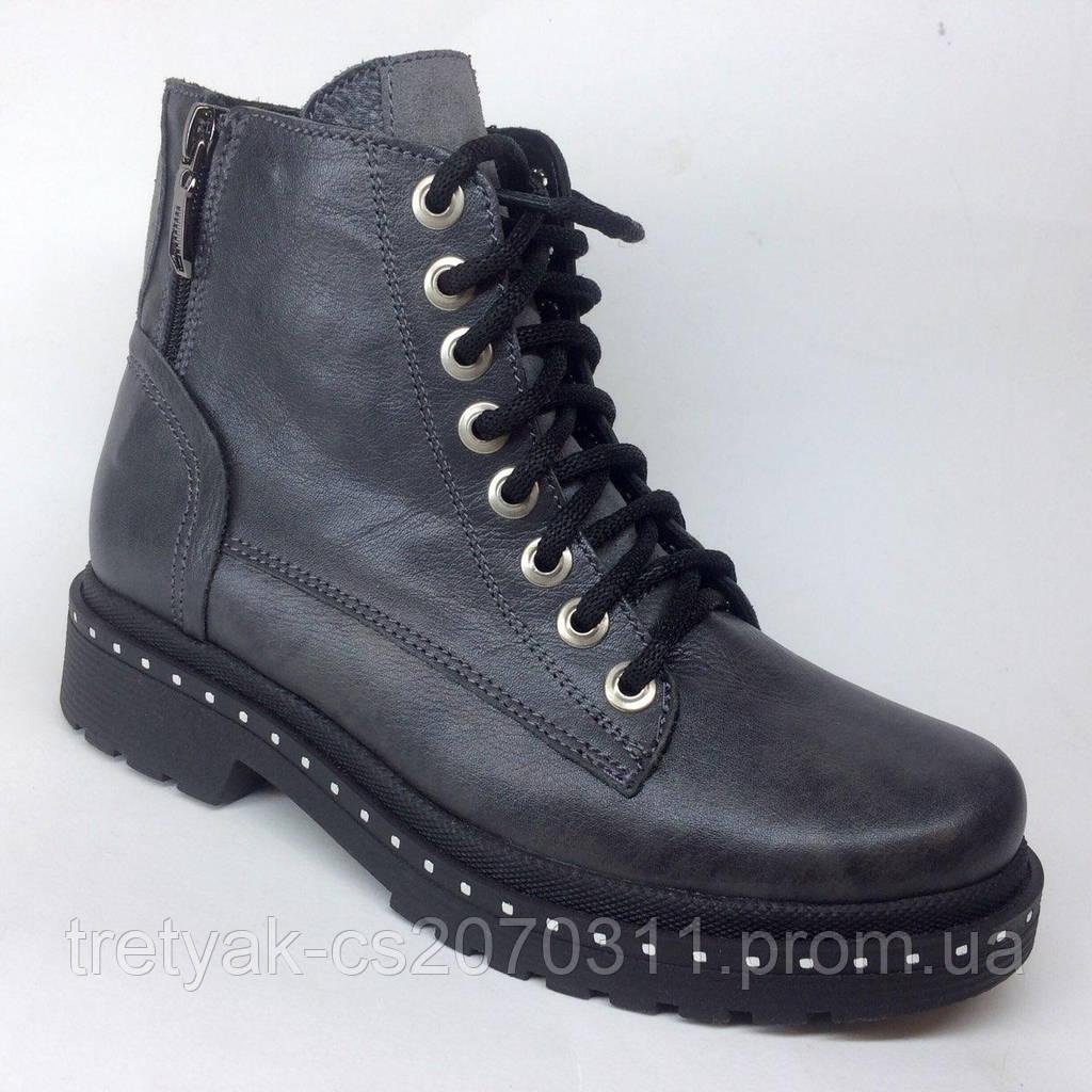 Модные женские ботинки из кожи  на низком ходу серого цвета