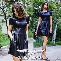 Расклешенное платье из эко-кожи с коротким рукавом