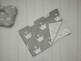 Пеленка непромокаемая с коронами хлопок серого цвета 80 х 53 см