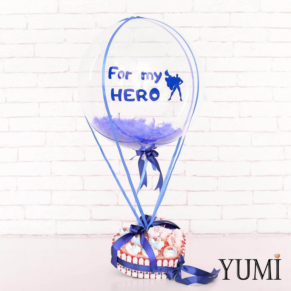 Композиция: Прозрачный шар Bubble с синей надписью For my HERO, синими перьями и синей атласной лентой и
