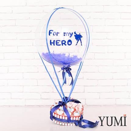 Композиция: Прозрачный шар Bubble с синей надписью For my HERO, синими перьями и синей атласной лентой и, фото 2