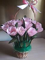 Корзинка с искусственными тюльпанами