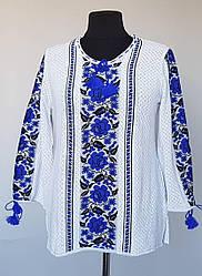 Вышиванка вязаная с голубыми цветами до 66 размера