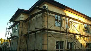 Фасад дома с отделкой травертин и фасадным декором Сангалло 2