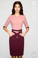Офисное платье приталенного силуэта розово-бордового цвета