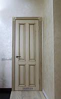 Дверь из дерева с элементами декора