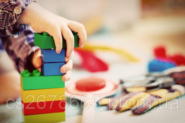 ребенок складывает не тежелый конструктор фото