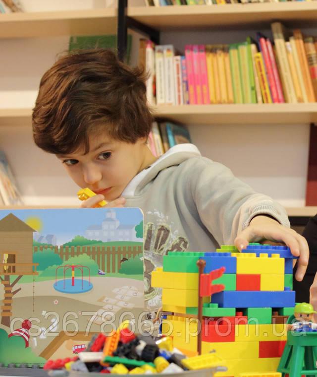 У ребенка получается складывать конструктор фото