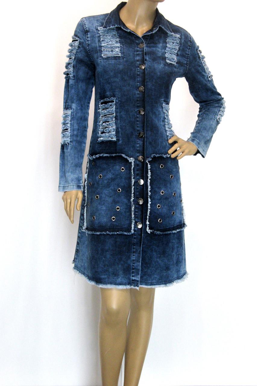 Жіночий джинсовий плащ з рваними вставками