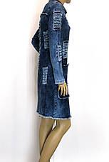 Жіночий джинсовий плащ з рваними вставками, фото 3
