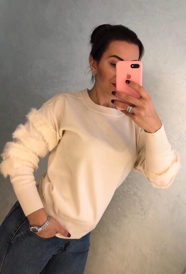 Оригинальный свитер с рукавами декорированными мехом