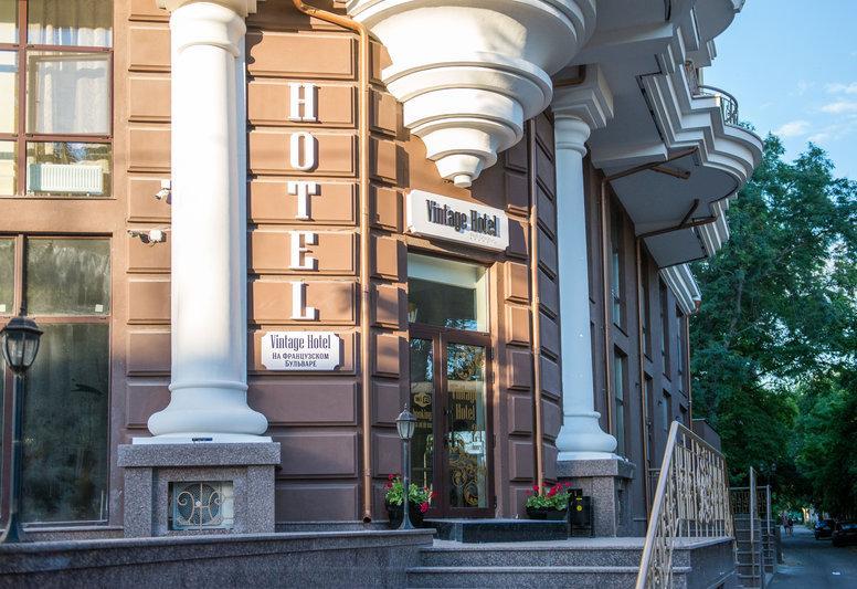 """Оборудование бутик-отеля """"Винтаж"""" в Одессе бесшумными минибарами, встраиваемые в столах 2"""