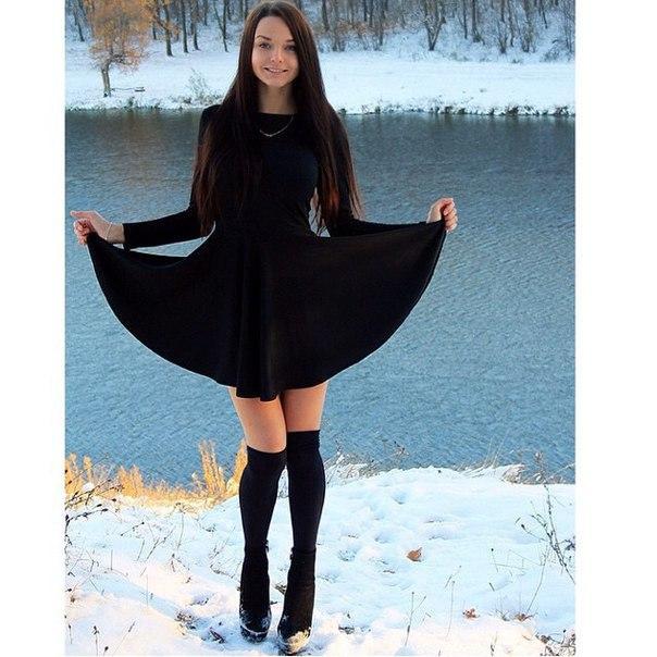 Расклешенное платье с длинными рукавоми