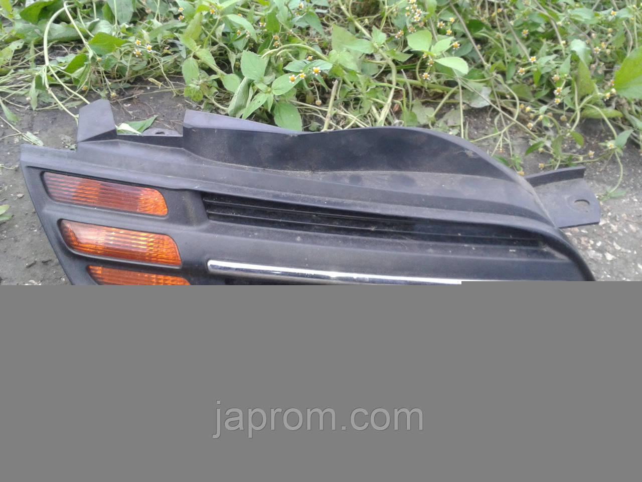 Решетка радиатора в капоте правая + указатель поворота Nissan Micra K12 2002-2005г.в.