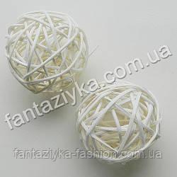Декоративный шарик из ротанга средний 50мм, белый