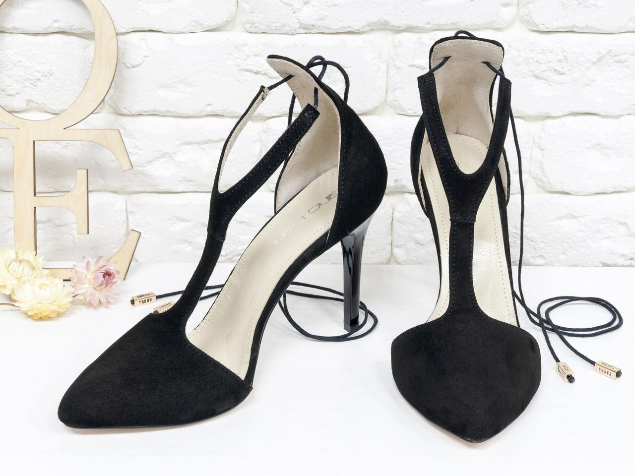 Нарядные туфли с удлиненным носиком, на лаковой шпильке, выполнены из натуральной замши черного цвета