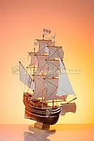 Корабль средний с белыми парусами