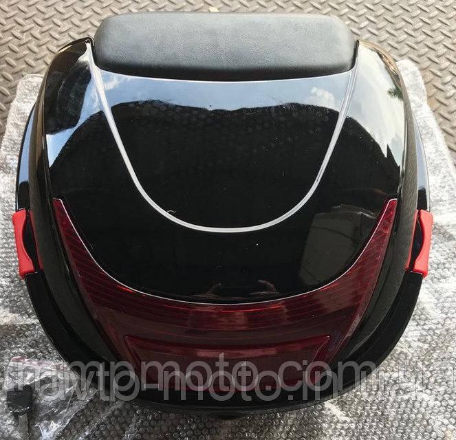 Кофр / багажник чорний пластиковий міцний з шоломом