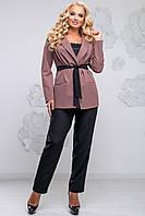 Эффектный женский костюм для пышных модниц (костюмка, зауженные брюки, жакет, пояс на завязке)