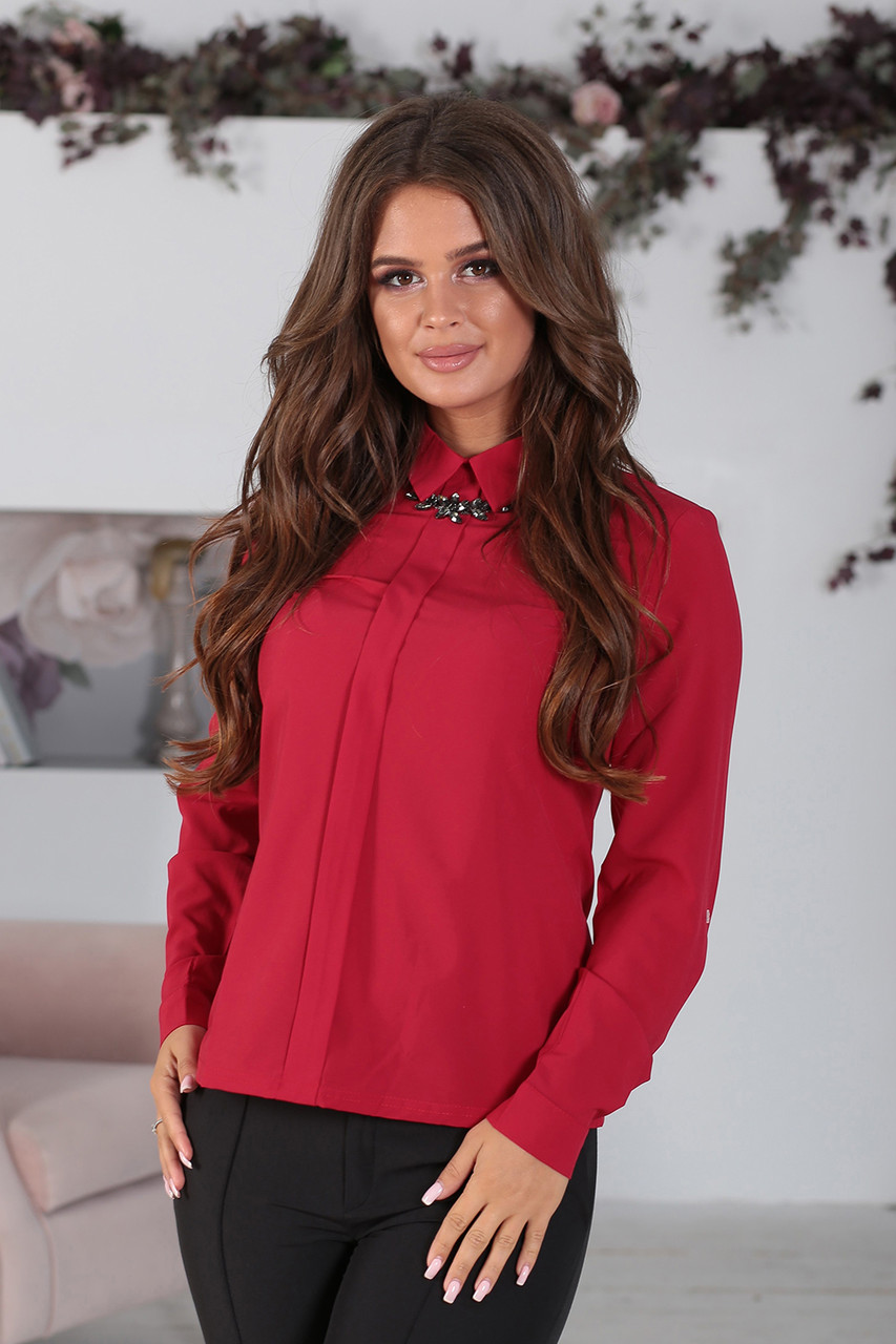 Рубашка в цвете марсала с брошью