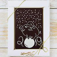 """Шоколадная открытка """"Свинка на шаре """"(черная) классическое сырье. Размер: 187х142х10мм, вес 170г"""
