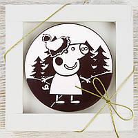 """Шоколадная медаль """"Пеппа новогодняя"""" (черная) классическое сырье. Размер: Ø80х8мм, вес 50г, фото 1"""