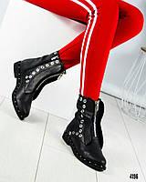 Ботинки женские с металл декором  черные