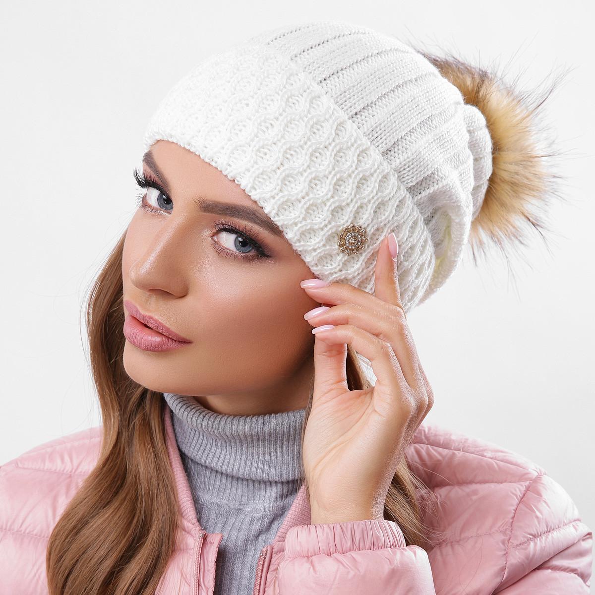 Молочная вязаная женская шапка