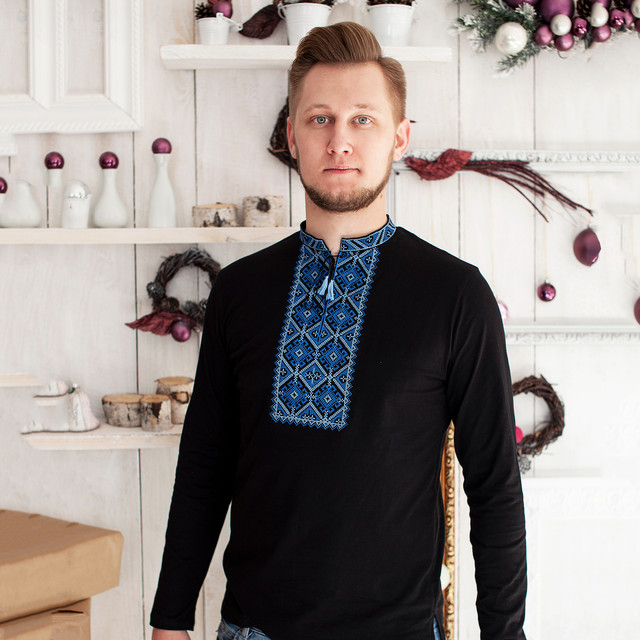 мужская вышитая футболка с длинным рукавом и синей вышивкой