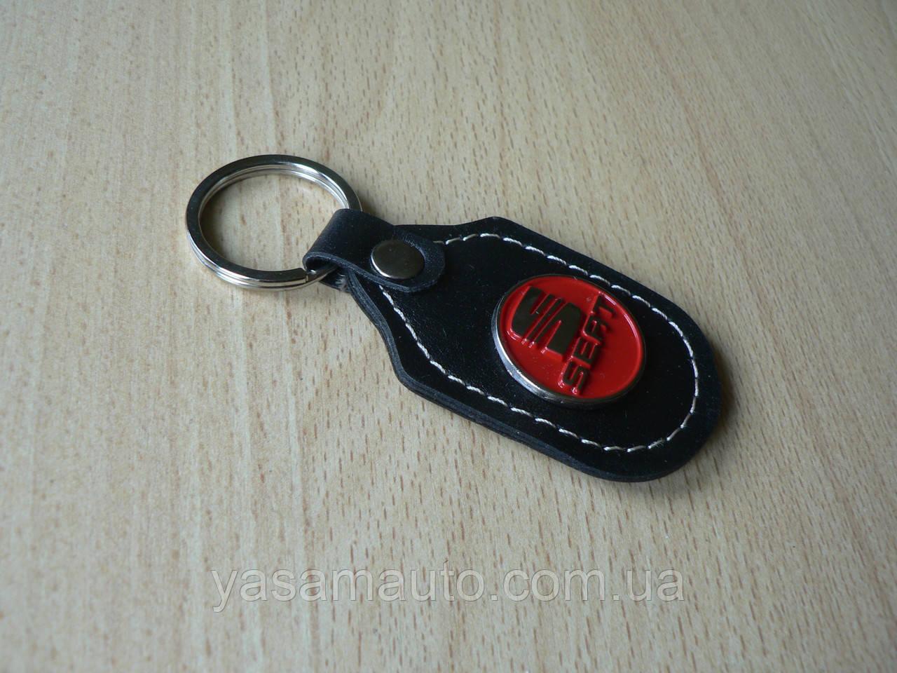 Брелок d продолговатый Seat 97мм 8г кожезаменитель коричневый эмблема красная Сеат на авто ключи