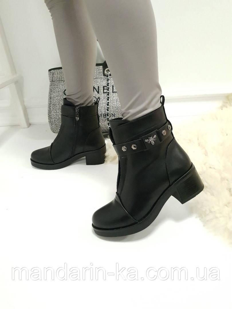 Женские ботинки  черные   сверху ремешок пчелка каблук 5,5  см