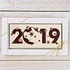 "Шоколадная открытка "" 2019 "" (белая) классическое сырье. Размер: 180х120х5мм, вес 90г"