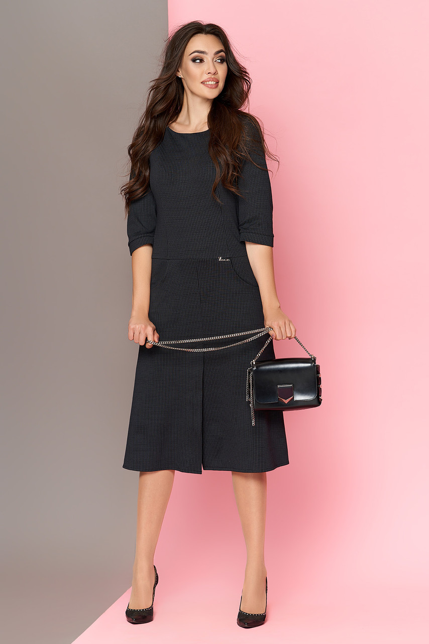 Теплое трикотажное платье черное приталенное