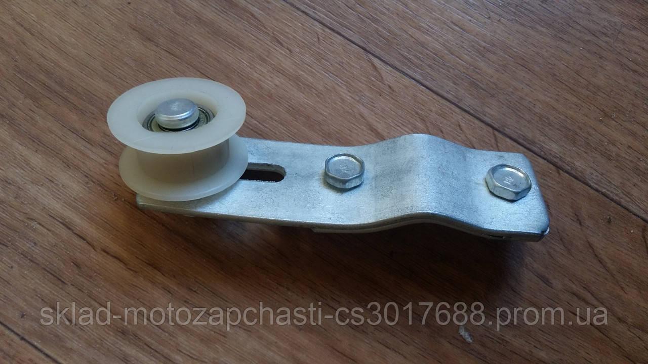 Колесо натяжителя цепи в сборе с кронштейном для веломотора