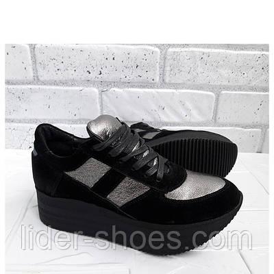 Женские кроссовки на чёрной подошве