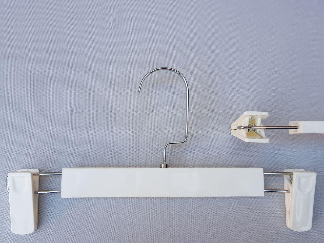 Длина 30 см. Плечики вешалки пластмассовые с прищепками зажимами для брюк и юбок белого цвета (глянцевые)