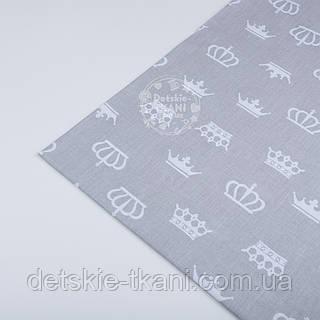 Отрез ткани №181а  с белыми коронами на сером фоне
