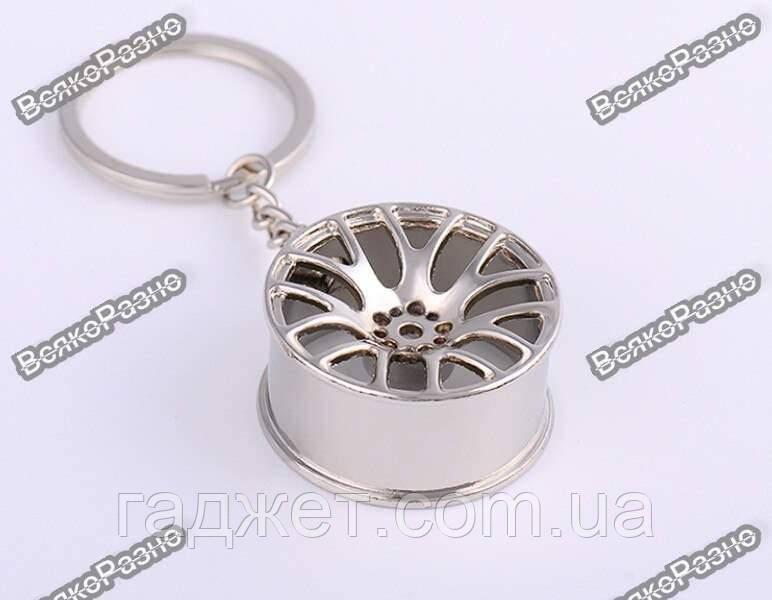 Брелок на ключи автомобильный литой диск. Брелок серебристого цвета.