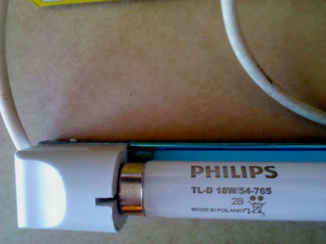 Люминесцентная лампа c ЭПРА мощностью 18 Вт фирмы PHILIPS