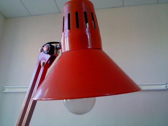 Лампа накаливания с матовым покрытием мощностью 60 Вт фирмы PHILIPS.