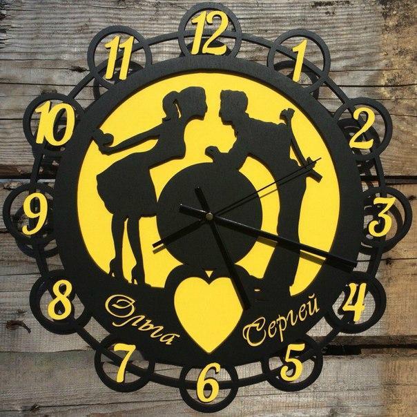 """Часы  """"Влюбленные """" из дерева с именами."""