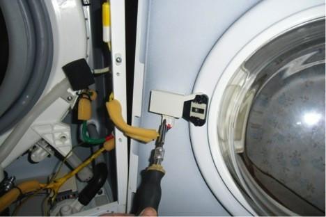Что бы отделить ее нужно вынуть электроразъем из устройства блокировки люка.