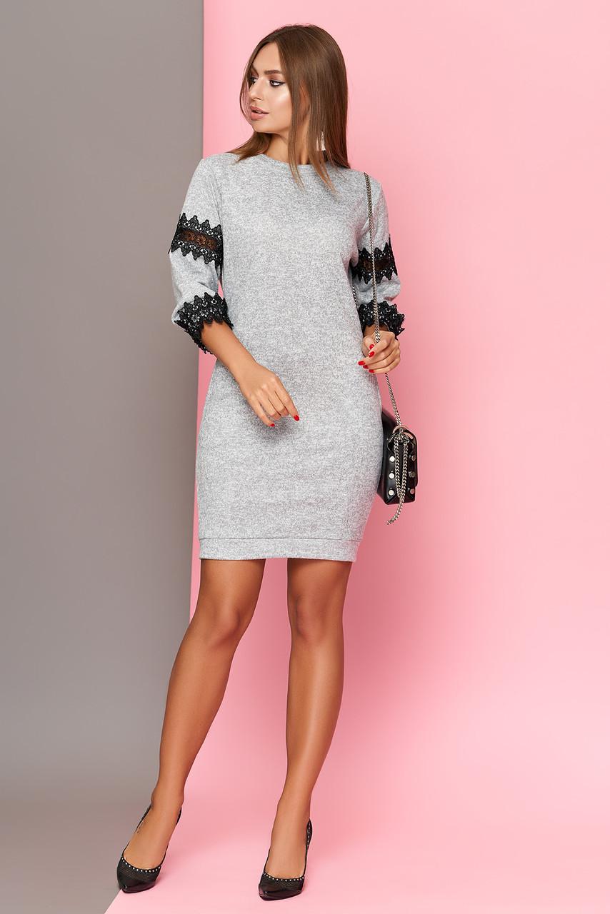 Трикотажное серое платье с кружевом