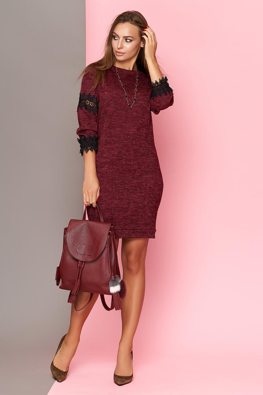 Трикотажное бордовое платье с кружевом