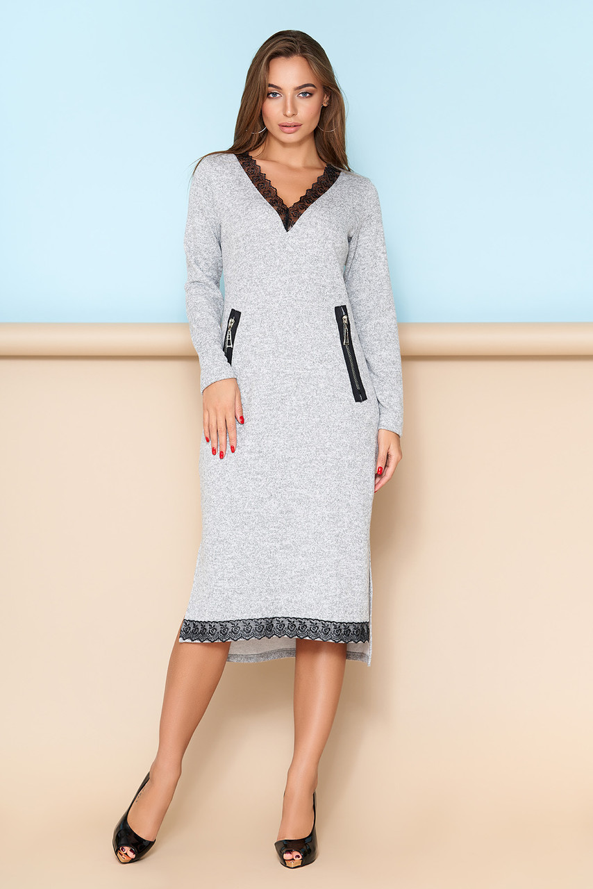 Женское платье с кружевной отделкой серое