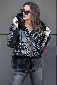 Женская короткая куртка на синтепухе с искусственным мехом черногоцвета