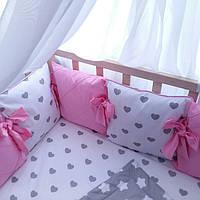 Комплект бортиков в кроватку сердечки с нежно-розовым 8 шт и простынка сердечки