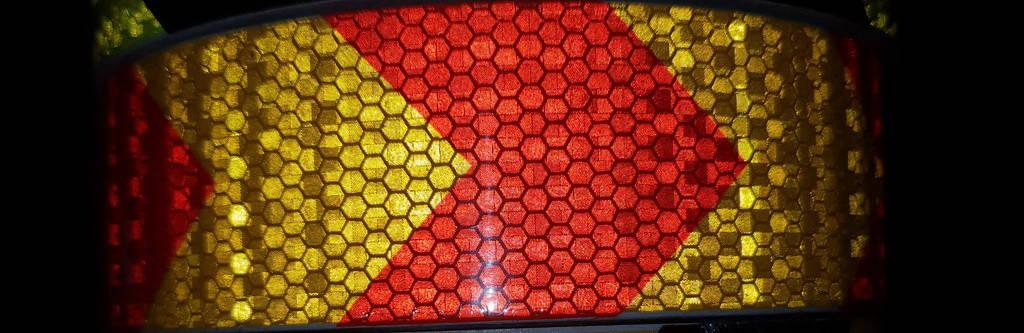 Светоотражающая самоклеющаяся стрела КРАСНО-ЖЕЛТАЯ лента 5х100 см, фото 2