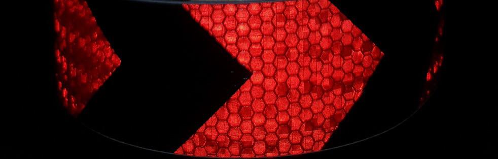 Світловідбиваюча самоклеюча стріла ЧОРНО-ЧЕРВОНА стрічка 5х100 см